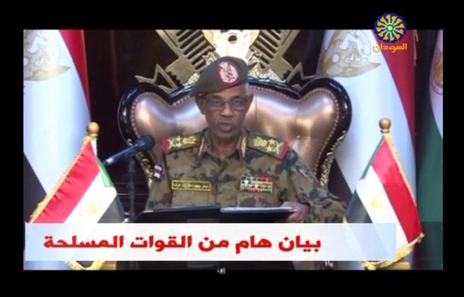 Le ministre soudanais de la défense, Aouad Mohamed Ahmed Ibn Aouf, lors de l'annonce à la télévision de la destitution du président Omar Al-Bachir, le 11avril 2019.