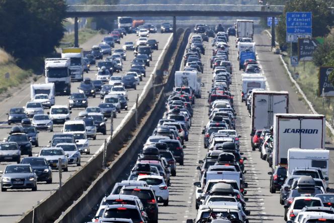 Des automobilistes coincés dans des embouteillages, sur l'A7, près de Vienne (Isère), en août 2018.