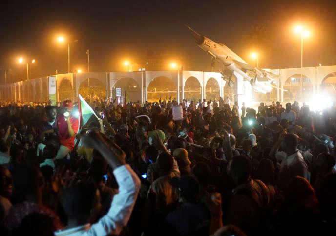 Lors d'un rassemblement contre le pouvoir d'Omar Al-Bachir devant le ministère de la défense à Khartoum, dans la nuit du 10 au 11 avril.