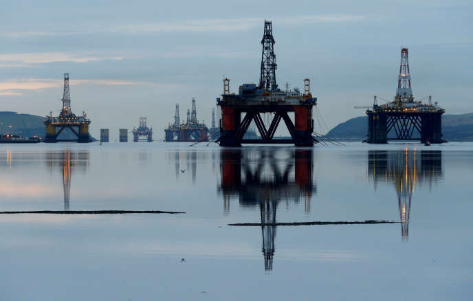 Des appareils de forage pétroliers, au large d'Invergrodon, en Ecosse, en janvier 2015.