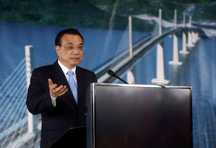 Le premier ministre chinois Li Keqiang, lors d'une cérémonie marquant la construction du pont dePeljesac, en Croatie, le 11 avril.