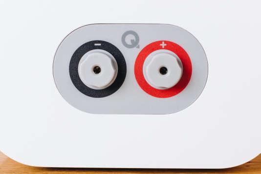 Les 3020i utilisent des bornes de raccordement au lieu de clips pour brancher le câble des enceintes.