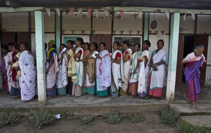 Dans un bureau de vote à Majuli, dans l'Etat indien de l'Assam, le 11 avril.