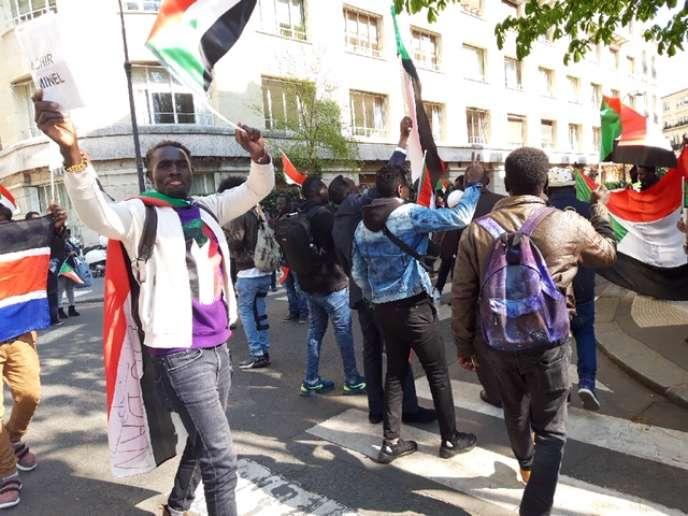 Manifestation devant l'ambassade du Soudan à Paris, le 11 avril.