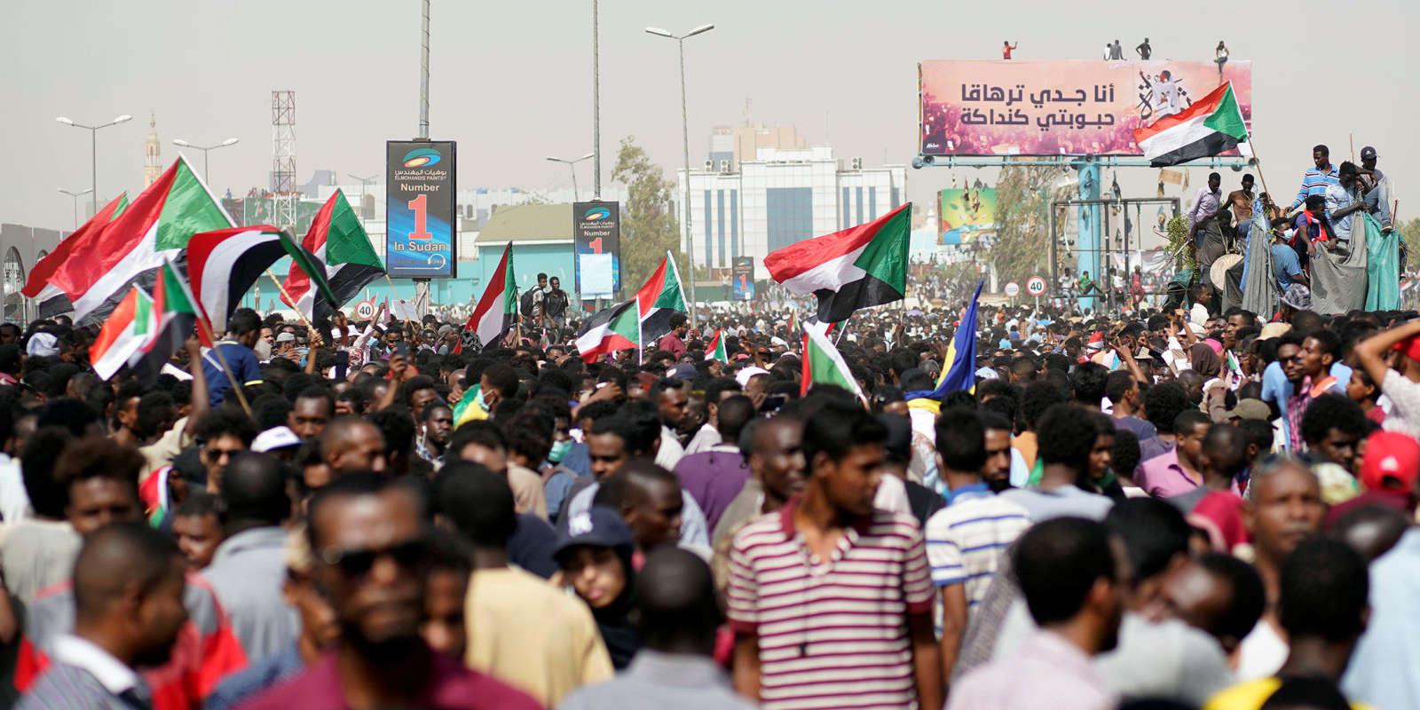 Manifestation contre le président soudanais Bachir, à Khartoum, le 11 avril.