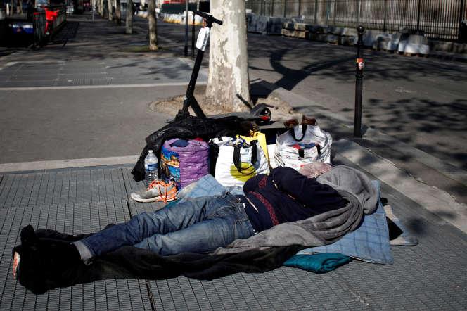 Une personne sans domicile fixe, à Paris, le 11 avril.