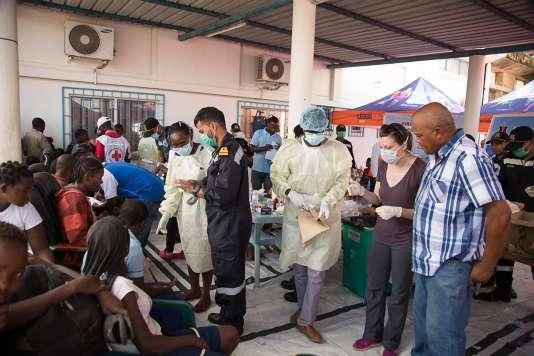 Des volontaires de la Croix-Rouge prodiguent des soins après le passage du cyclone Idai à Beira (Mozambique), le 21 mars.