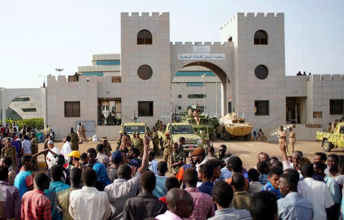 Des manifestants soudanais protestent contre l'annonce d'un conseil de transition dirigé par des militaires, devant le ministère de la défense à Khartoum (Soudan), le12avril 2019.