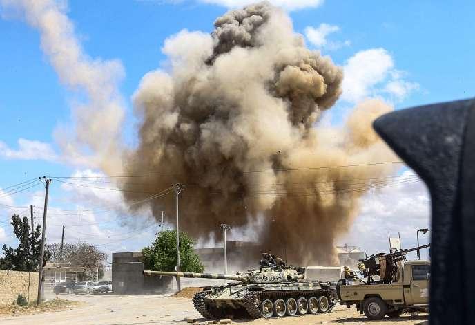 Des forces loyalistes attaquée à 30 kilomètres au nord de Tripoli, le 12 avril.