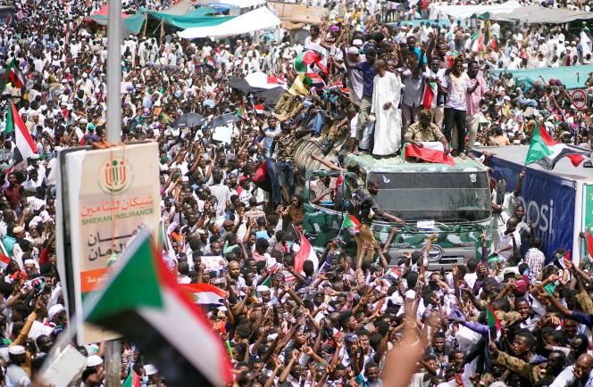 Des manifestants soudanais protestent contre la décision de l'armée de remplacer le président Omar Al-Bachir par un Conseil militaire de transition, à Khartoum, le 12 avril 2019.