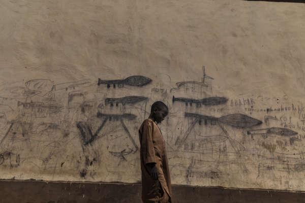 Une crise humanitaire est en cours dans le bassin du Tchad. La désertification du lac menace les habitants qui vivent autour du plan d'eau ainsi que l'écosystème.Jadis quatrième plus grand lac d'Afrique, il a perdu 90% de sa surface.