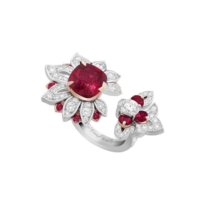 Bague Entre les Doigts Kolam en or blanc, or rose, rubis coussin de 5,38 carats, rubis, diamants.
