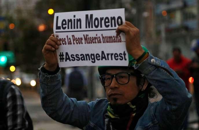 A Quito, le 11 avril, des manifestants protestent contre l'arrestation de Julian Assange à l'ambassade d'Equateur à Londres, par la police britannique.