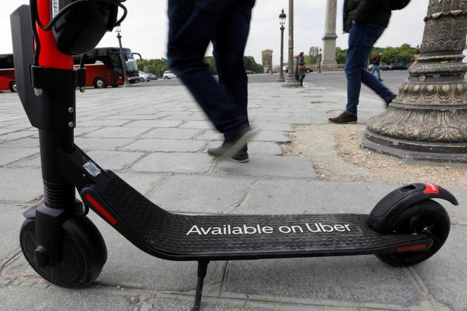Une trotinette électrique Uber, place de la Concorde, à Paris, le 12 avril.