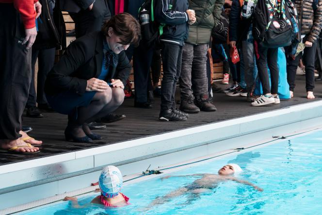 Roxana Maracineanu (à gauche) lors de l'inauguration d'une plaque portant son nom à la piscine olympique de Mulhouse, où l'ex-championne avait l'habitude de venir s'entraîner, le 12 avril 2019.