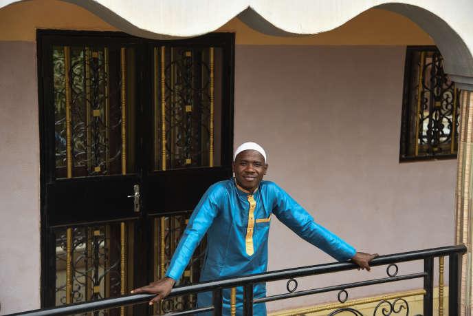 Ousmane Bocoum, commerçant à Mopti, ici sur le balcon de la maison familiale dans le quartier de Kalaban Coura, à Bamako, le 3 avril 2019.