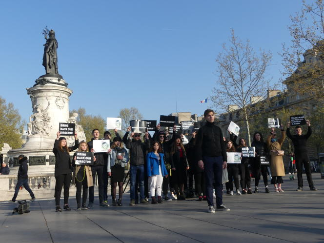 Des Ukrainiens manifestent à Paris pour demander la libération du cinéaste Oleg Sentsov.