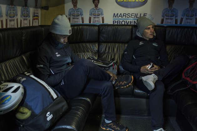 Les coureurs cyclistes Joseph Areruya (à gauche) et Przemyslaw Kasperkiewicz (à droite) de l'équipe Delko- Marseille, se reposent dans le bus, àSeclin (Hauts-de-France), le 11 avril.