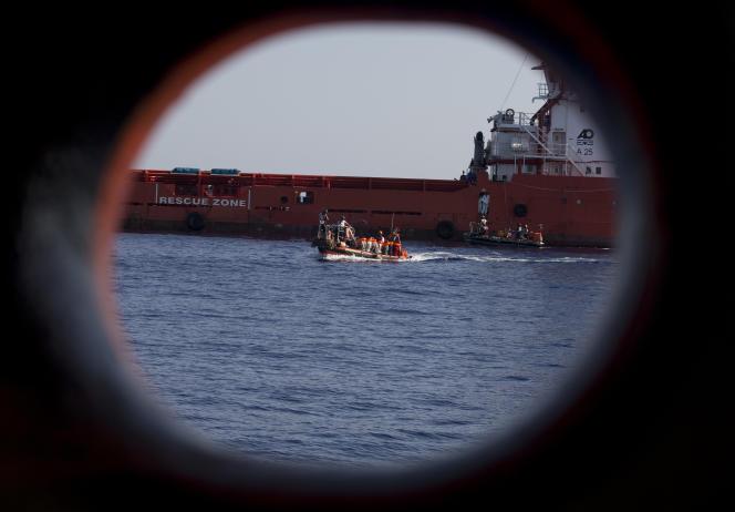 Un canot de migrants sauvé en Méditerranée (AP Photo/Darko Bandic, File)