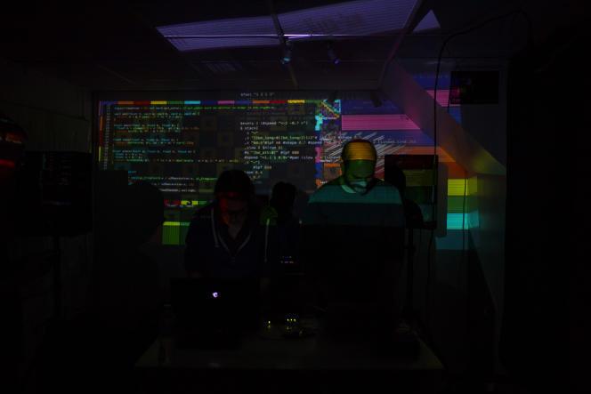 Le VJ « LSD Live » code en direct des visuels projetés sur le mur.
