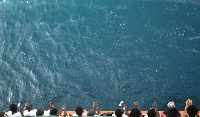 Le 1er septembre 2017, des migrants sur le bateau de sauvetage «Aquarius», rescapés des côtes libyennes, appprochent du port de Pozzallo, en Sicile.
