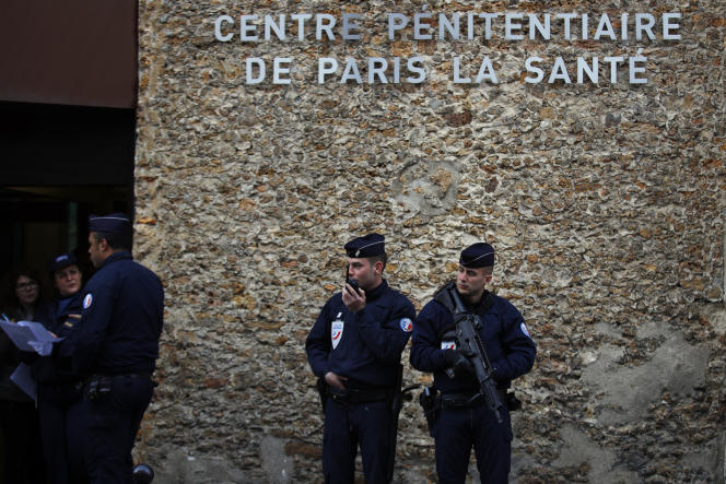 Des policiers à Paris, le 12 avril.