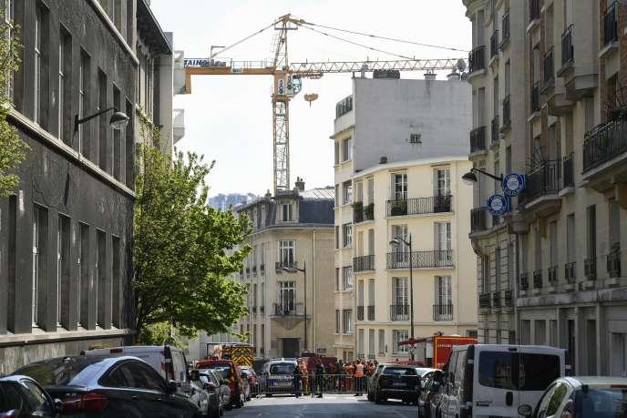 Rue de l'Assomption, dans le 16e arrondissement de Paris, une grue menace de s'effondrer après l'affaissement d'une chaussée, vendredi 12 avril.
