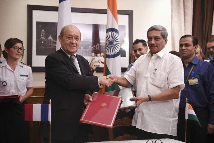 Le 23 septembre 2016, Jean-Yves Le Drian, alors ministre français de la défense, et son homologue indien, Manohar Parrikar, signent le contrat de vente, à New Delhi, de 36 Rafale.