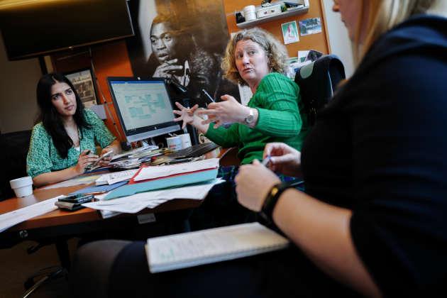 La députée européenne Judith Sargentini discute avec ses conseillers dans son bureau du Parlement Européen, le 1er avril.