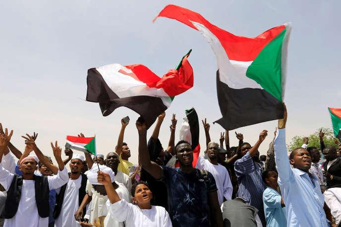Des manifestants soudanais, à Khartoum, le 12 avril.