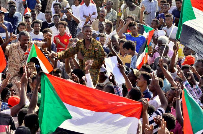 Des officiers se sont joints à des manifestants après l'annonce de la démission du chef du Conseil militaire de transition, Aouad Mohamed Ahmed Ibn Aouf, à Khartoum (Soudan), le 13 avril.