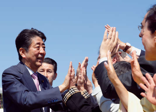 Le premier ministre japonais, Shinzo Abe, lors d'un événement au parcShinjuku Gyoen à Tokyo, le 13 avril.