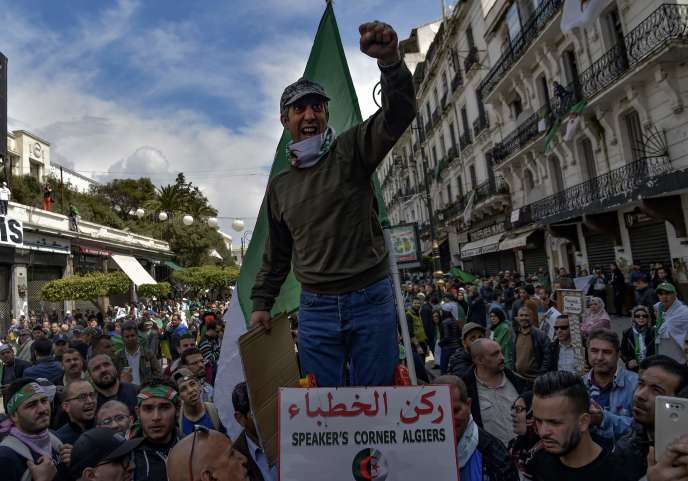 Malgré l'annonce de nouvelles élections, des Algériens manifestent à nouveau dans les rues d'Alger, le 12 avril.