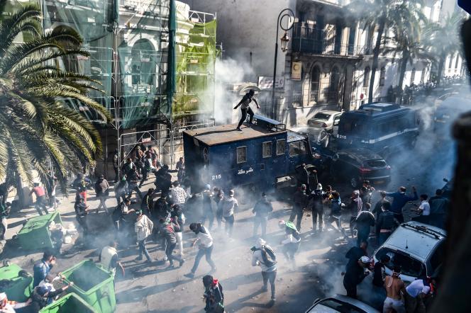 Plusieurs manifestants ont fait face aux policiers durant la manifestation d'Alger, le 12 avril.