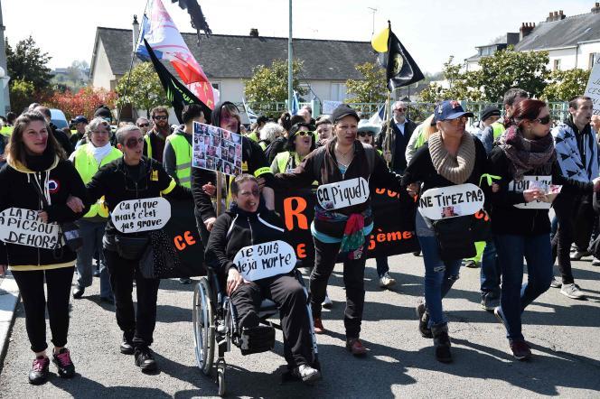 Des femmes manifestent pour dénoncer les violences policières à l'encontre des «gilets jaunes», à Laval, le 13 avril.