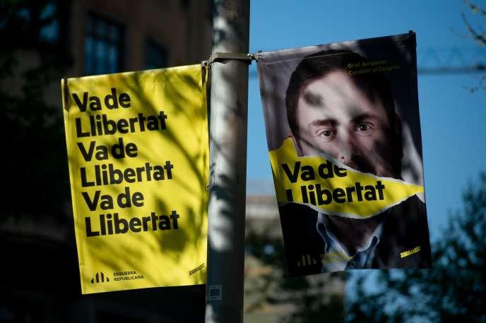 Le portrait d'Oriol Junqueras, président de la Gauche républicaine de Catalogne, est brandi pendant la campagne électorale des élections européennes à Barcelone, le 13 avril 2019.
