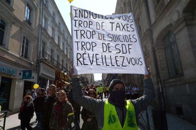 Le 13 avril, à Laval, des manifestants défilent pour le 22e samedi consécutif de rassemblement des« gilets jaunes».