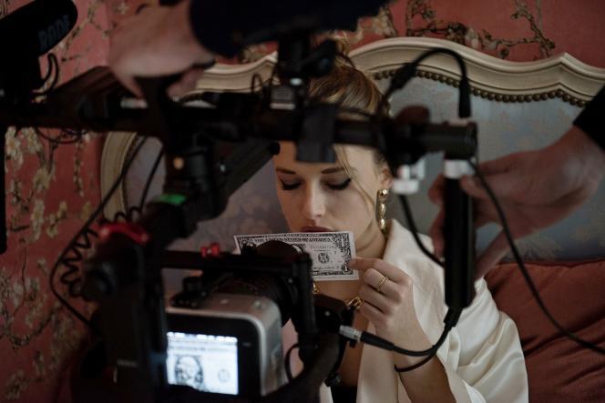 Ella‑June Henrard dans « JR», adaptation par le collectif FCBergman d'un roman de William Gaddis.
