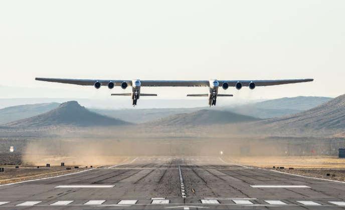 L'avion Stratolaunch a volé pour la première fois au-dessus du désert californien le 13 avril.