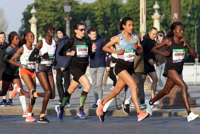 Clemence Calvin (troisième en partant de la droite), lors du marathon de Paris, le 14avril2019.