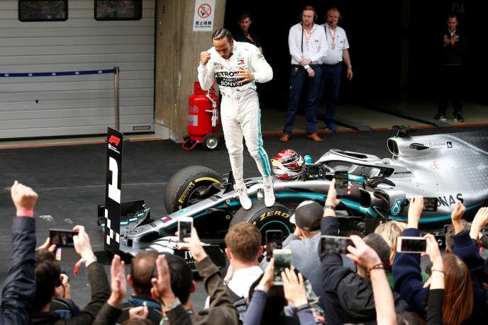 Lewis Hamilton célèbre sa victoire à Shanghai.