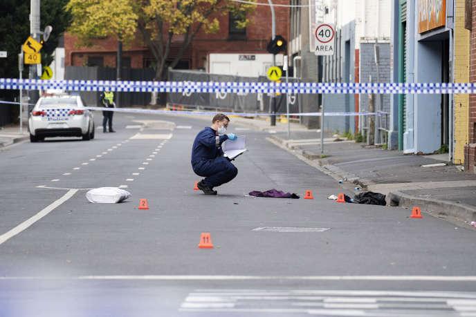 Un policier de Victoria sur la scène de la fusillade de la boite de nuit Love Machine de Prahran, à Melbourne, Australie, le 14 avril.