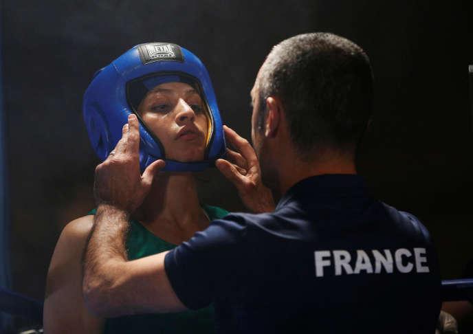 La boxeuse Sadaf Khadem et son coach Mahyar se préparent avant le combat, samedi13 avril.