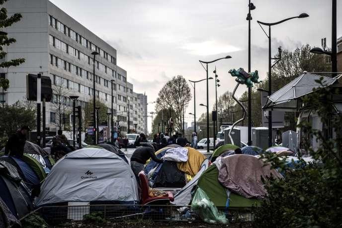 Des tentes abritant des migrants, porte d'Aubervilliers, à Paris, le 9 avril.