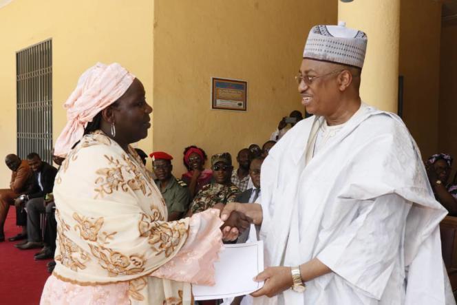 A Maroua, Aïssa Doumara Ngatansou est félicitée par le gouverneur de la région Extrême-Nord au Cameroun le 8 avril 2019.