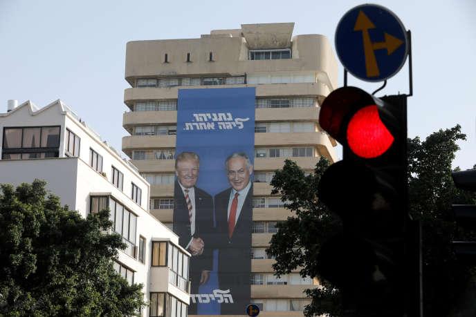 Une affiche de campagne de Benyamin Nétanyahou, le représentant avec Donald Trump, le 8 avril, à Tel-Aviv.