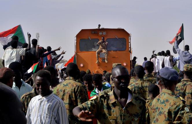 Des civils et militaires soudanais manifestent devant le ministère de la défense, à Khartoum, le 14 avril.