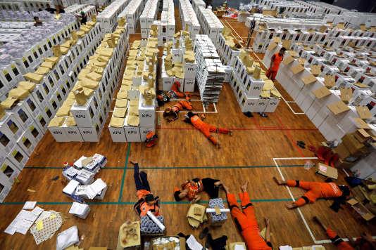 Des employés de la commission électorale font une pause dans la préparation des élections indonésiennes, à Djakarta, le 15 avril.