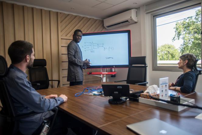 Moustapha Cissé, directeur du centre de recherche en IA de Google à Accra, avec d'autres chercheurs, le 10 avril, dans leurs locaux.