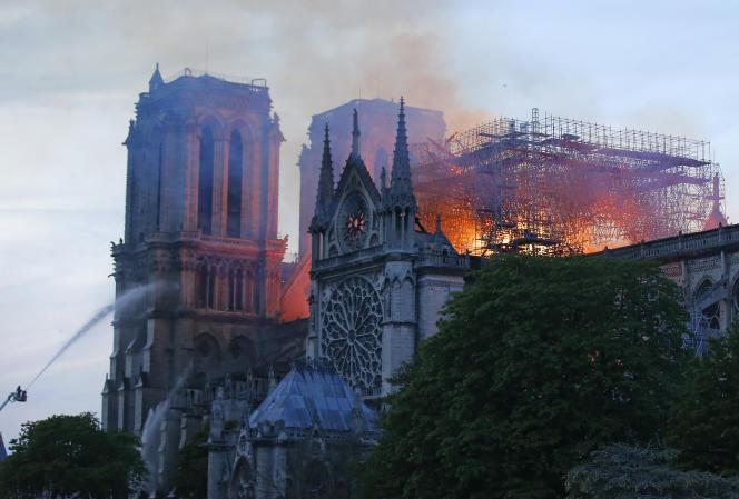 Les pompiers tentent de maîtriser l'incendie de Notre-Dame de Paris, le 15 avril.